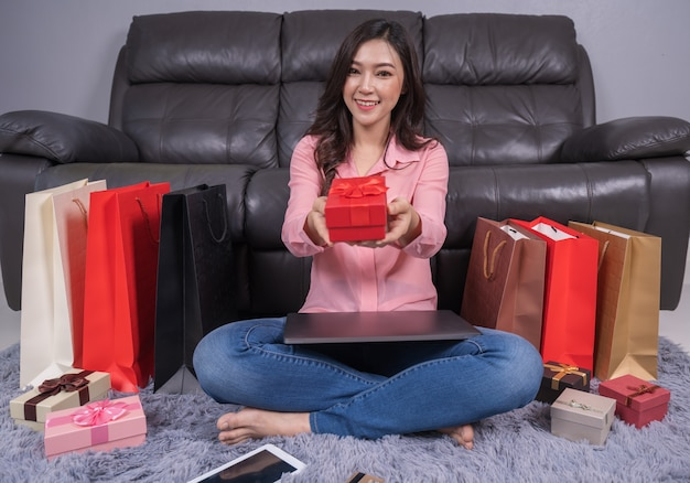 Mulher feliz, com, presente natal, em, sala de estar
