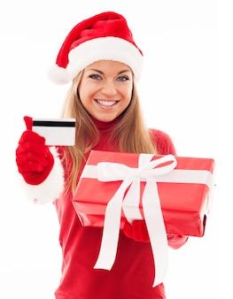 Mulher feliz com presente vermelho e cartão de crédito
