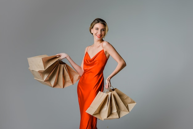 Mulher feliz com sacolas de compras natal ou conceito de vendas black friday