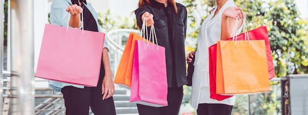 Mulher feliz com sacos de compras, aproveitando as compras. mulheres que compram, conceito do estilo de vida