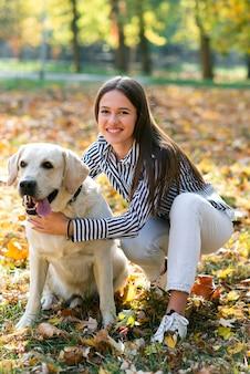 Mulher feliz com seu cachorro fofo