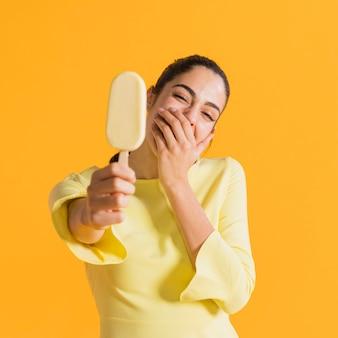 Mulher feliz com sorvete