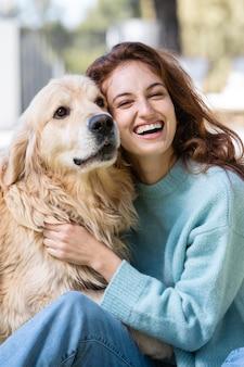Mulher feliz com tiro médio e cachorro fofo