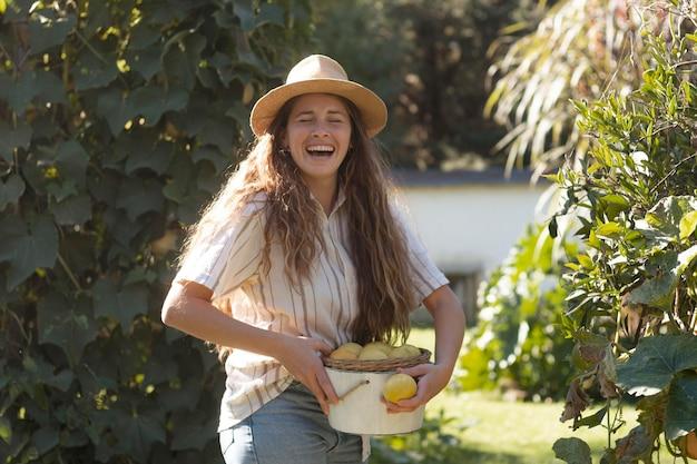 Mulher feliz com tiro médio e frutas