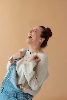 Mulher feliz com tiro médio