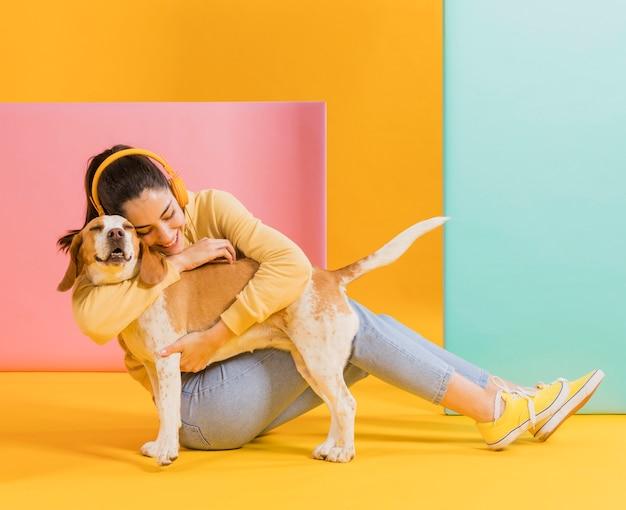 Mulher feliz com um cachorro fofo