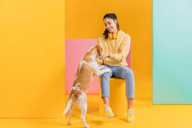 Mulher feliz com um cachorro