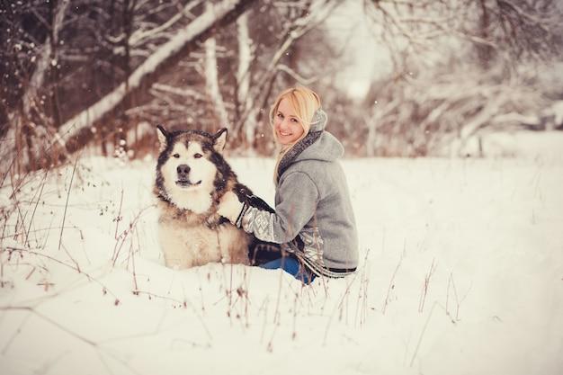Mulher feliz, com, um, cão