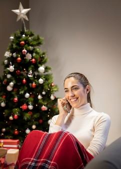 Mulher feliz com um telefone