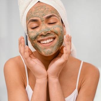 Mulher feliz com uma máscara caseira no rosto