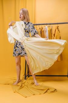 Mulher feliz, com, vestido, em, amarela, cena