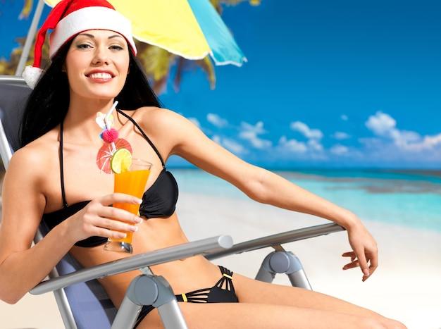Mulher feliz comemorando o ano novo na praia.
