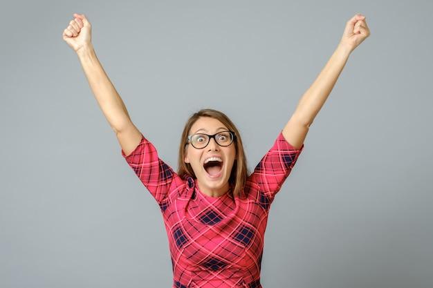 Mulher feliz comemorando seu sucesso. braços levantados