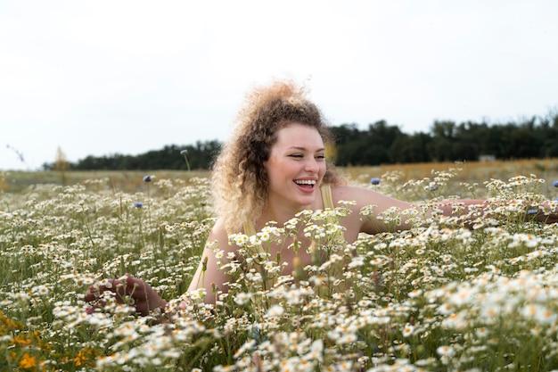 Mulher feliz curtindo a natureza em tiro médio