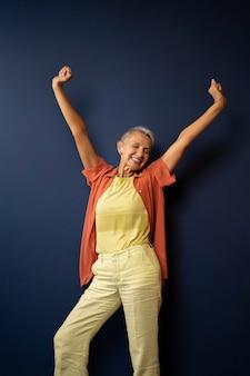 Mulher feliz dançando com tiro médio