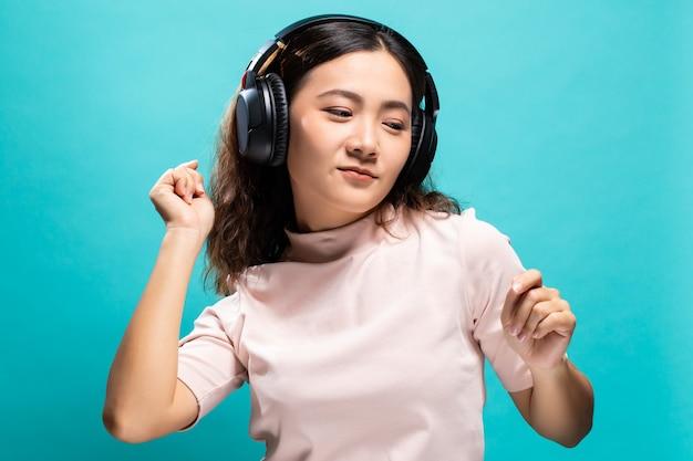 Mulher feliz dançando e ouvindo música