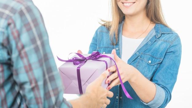 Mulher feliz, dar, presente, para, seu, namorado