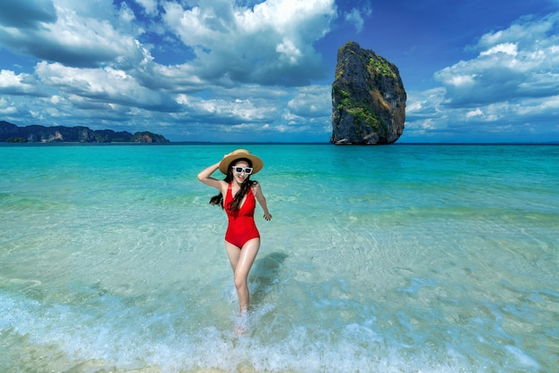 Mulher feliz de biquíni na ilha de poda, tailândia.