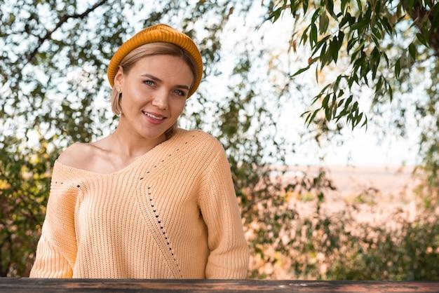 Mulher feliz desfrutando ao ar livre
