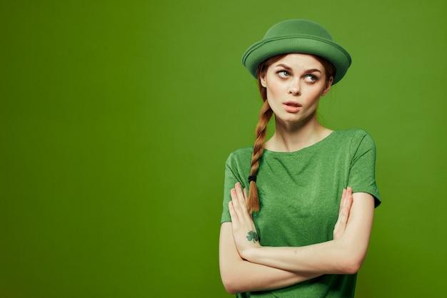 Mulher feliz dia de são patrício camiseta verde chapéu trevo diversão