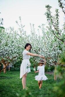 Mulher feliz e criança dançando