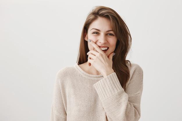 Mulher feliz e despreocupada rindo de uma piada