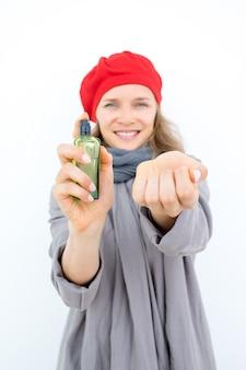 Mulher feliz e elegante que escolhe o perfume