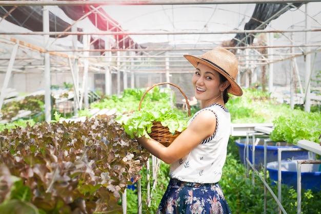 Mulher feliz e saudável na fazenda de hidroponia