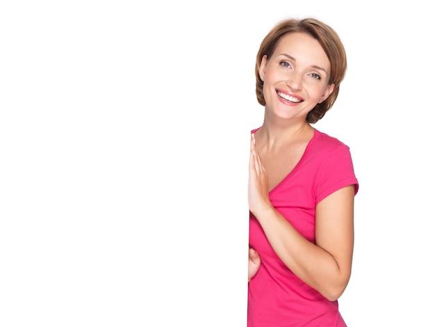 Mulher feliz e sorridente com banner isolado na parede branca