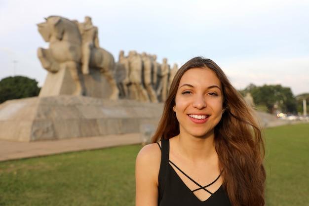 Mulher feliz e sorridente em são paulo, brasil