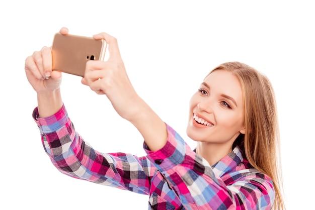 Mulher feliz e sorridente tirando foto de selfie no smartphone