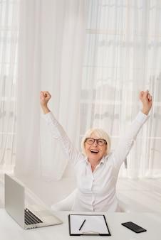 Mulher feliz e sua mesa de trabalho