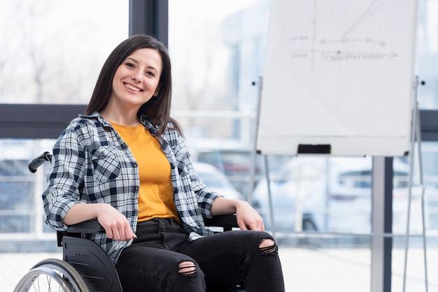 Mulher feliz em cadeira de rodas dentro de casa