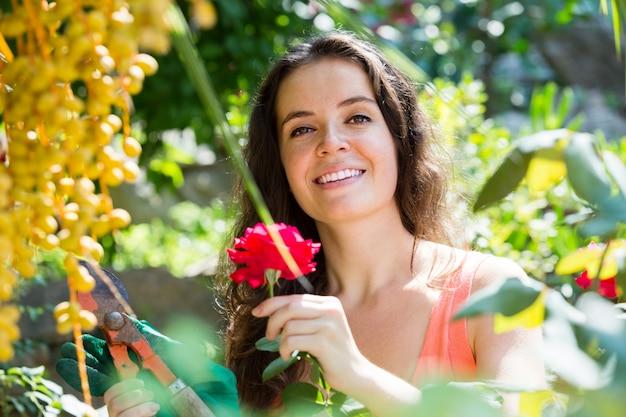 Mulher feliz em jardinagem