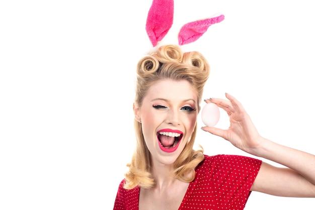 Mulher feliz em orelhas de coelho piscando. beijo e pisca. modelo sexy vestido com fantasia de coelhinho da páscoa.