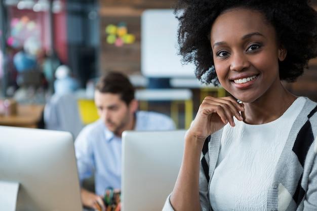 Mulher feliz em pé no escritório
