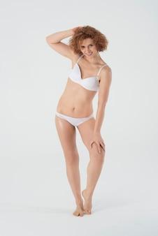 Mulher feliz em roupas íntimas básicas isolada