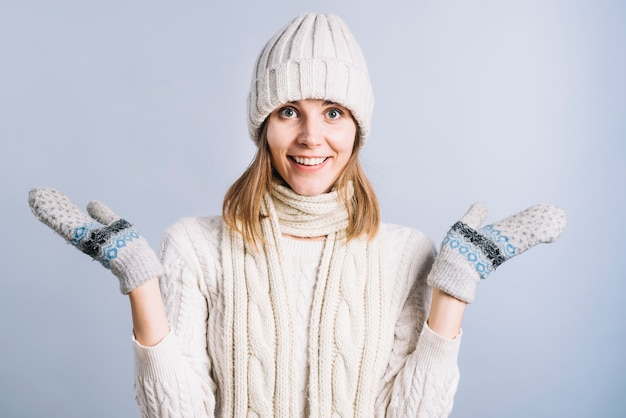Mulher feliz em roupas leves