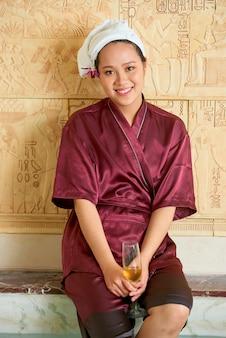 Mulher feliz em spa resort