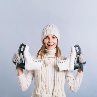 Mulher feliz, em, suéter, com, patins