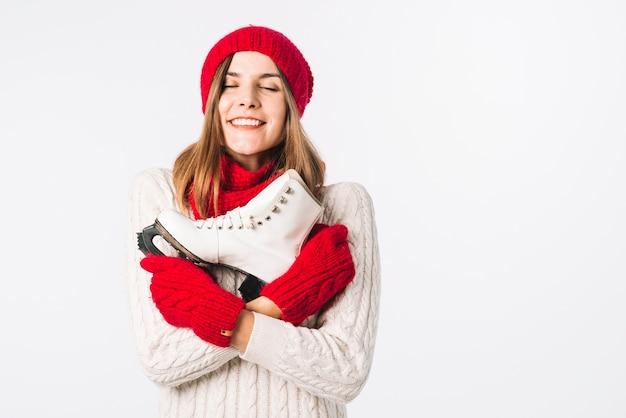Mulher feliz, em, suéter, segurando, patim