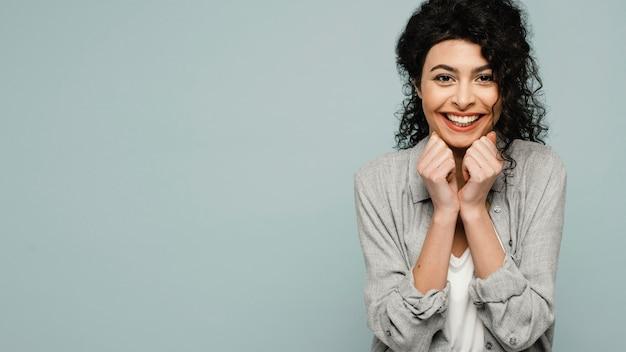 Mulher feliz em tiro médio com espaço de cópia