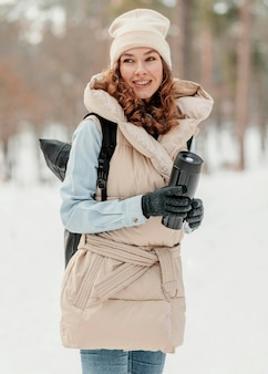 Mulher feliz em tiro médio com mochila