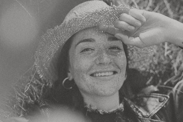 Mulher feliz em tom preto e branco