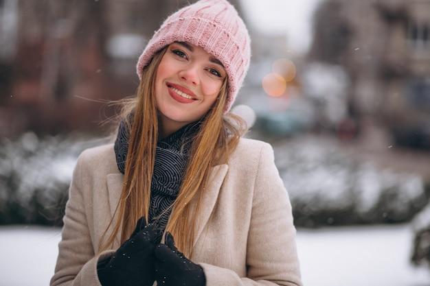 Mulher feliz em um parque de inverno