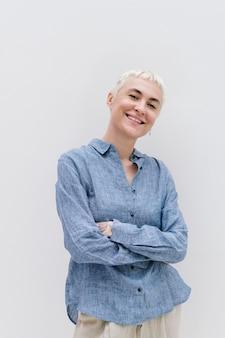Mulher feliz em uma camisa azul