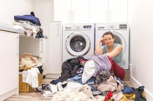 Mulher feliz em uma lavanderia moderna