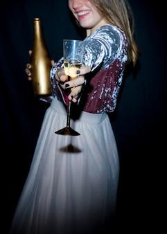 Mulher feliz, em, vestido, com, vidro champanha
