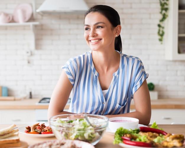 Mulher feliz em vista frontal de cozinha