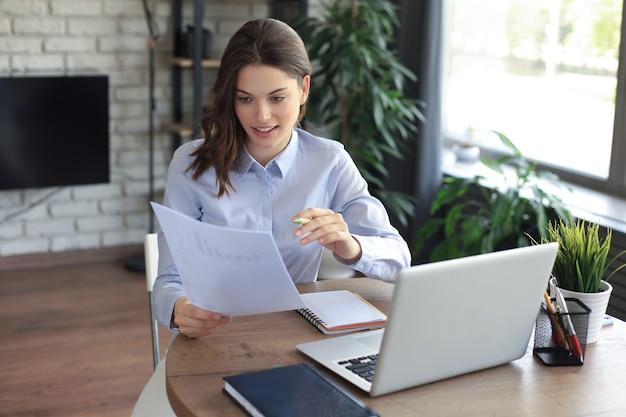 Mulher feliz empresário sentar na mesa lendo boas notícias em correspondência de jornal post.